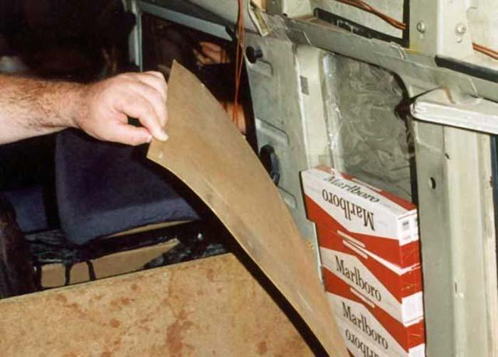 Контрабанда сигарет под обшивкой автомобиля